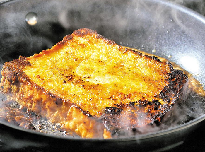 """유럽에서 오래된 식빵을 처치하기 위해 우유에 푹 적셔 굽던 '프렌치토스트'. 김희정 르페셰미뇽 대표는 """"프렌치토스트를 프라이팬에 굽기 전 버터와 함께 설탕을 같이 녹여 달구고, 빵을 적실 우유 시럽에는 계란 노른자와 바닐라빈을 함께 넣으면 더욱 고소하고 단맛이 강해진다""""고 말했다."""