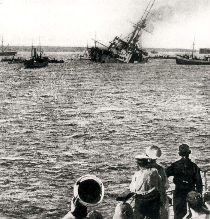 1차 세계대전 때인 1915년 5월 27일 다르다넬스해협 갈리폴리 전투에서 독일 U-21 어뢰에 격침된 영국 전함 HMS 마제스틱호의 마지막 순간. 영국·프랑스 연합군이 터키의 전신(前身) 오스만제국에 대패한 전투다. 연합군 사망자 25만명 중 다수가 영국군 지휘로 전투에 참가한 호주·뉴질랜드 군인들이다. 오스만군 지휘관이던 무스카파 케말은 독일의 지원으로 견고한 방어망을 구축했다.