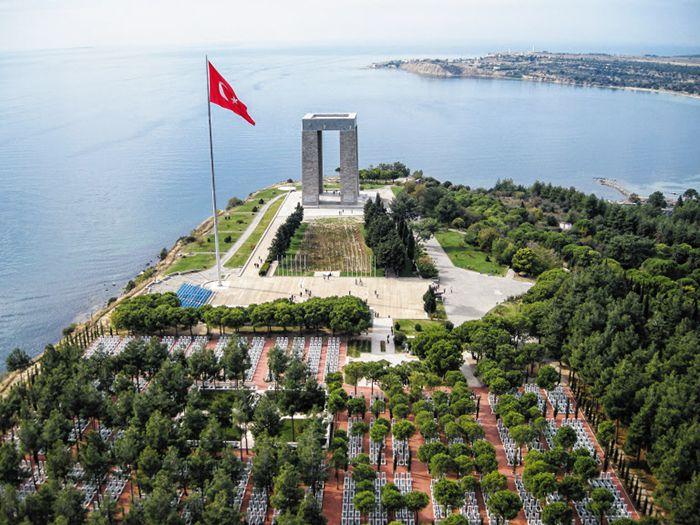 다르다넬스해협의 갈리폴리 반도에 위치한 차나칼레 순교자 기념비. 1차 세계대전에서 무스타파 케말의 활약으로 현재 터키가 해협을 관할하고 있다.
