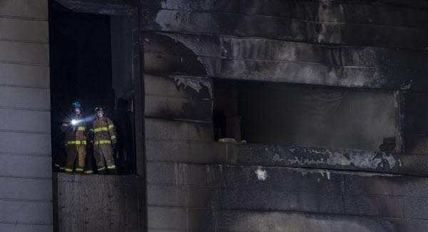 29일 오후 경기도 이천시 모가면의 한 물류창고공사현장 화재로 많은 사상자가 발생한 가운데 구조 요원들이 생존자 수색작업을 벌이고 있다/ 조인원 기자