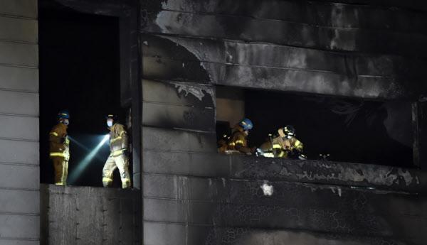 29일 오후 경기 이천시 모가면의 한 물류창고 공사장 화재 현장에서 소방대원들이 수색 및 사고 수습 작업을 하고 있다. /뉴시스