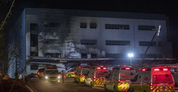 29일 오후 경기도 이천시 모가면의 한물류창고 공사현장 화재로 많은 사상자가 발생한 가운데 현장에 구급차들이 대기하고있다./ 조인원 기자