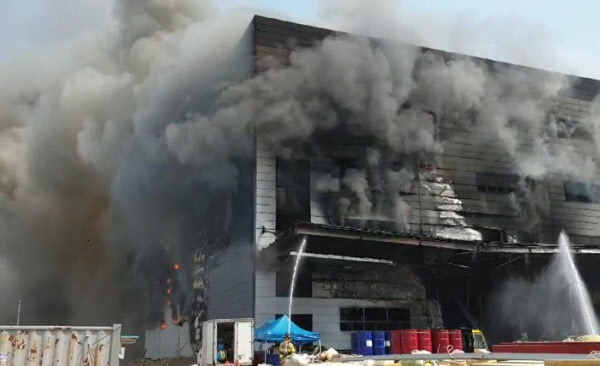 29일 오후 경기 이천시 모가면 한 물류창고에서 불이나 건물이 검은연기에 휩싸여있다./경기도소방재난본부