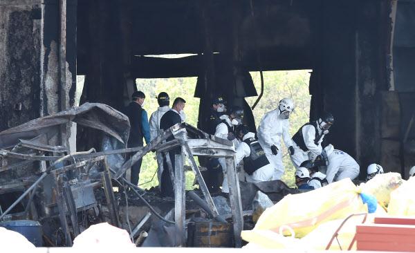 합동감식 첫날인 30일 경찰과 소방당국,국과수 등 관계자들이 화재 현장을 확인하고 있다./뉴시스