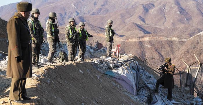 남북 간 GP 시범철수 합의에 따라 지난 2018년 12월 철원군 비무장지대에서 북측이 남측 GP를 검증하는 모습.