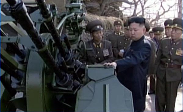김정은이 북한 군 시설에서 고사총을 만져보고 있다. /조선일보 DB