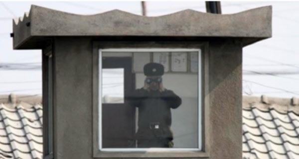 한국군 GP를 감시하는 북한 GP 초병의 모습. /조선일보 DB