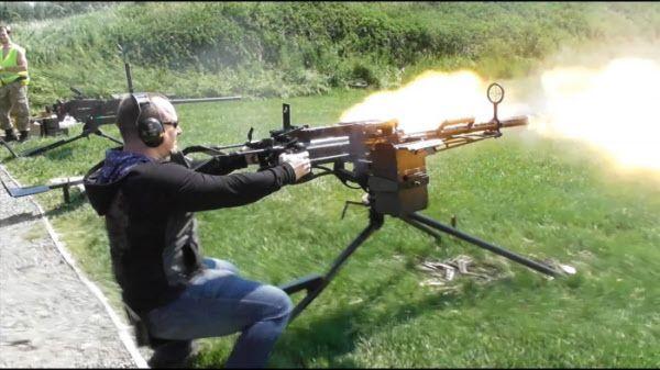 14.5mm 기관총(KPV) 사격장면. 반동이 커 양손으로 꽉 잡고 사격해야 한다. 북한군 GP에도 이런 KPV 기관총이 1정씩 배치돼 있는 것으로 알려져 있다./maxtc 유튜브