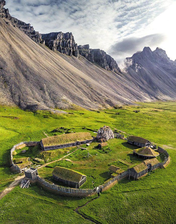 아이슬란드 동남부 베스트라혼(Vestrahorn)산 부근의 스톡스네스(Stokksnes) 반도에 복원한 고대 바이킹 마을.