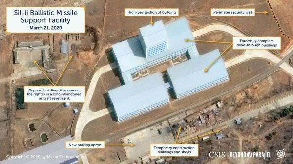 지난 3월 21일 촬영된 북한 평양 인근 신리 지역의 탄도미사일 지원 추정 시설에서 드라이브 스루 형태로 지어진 건물의 모습./MAXAR Technologies