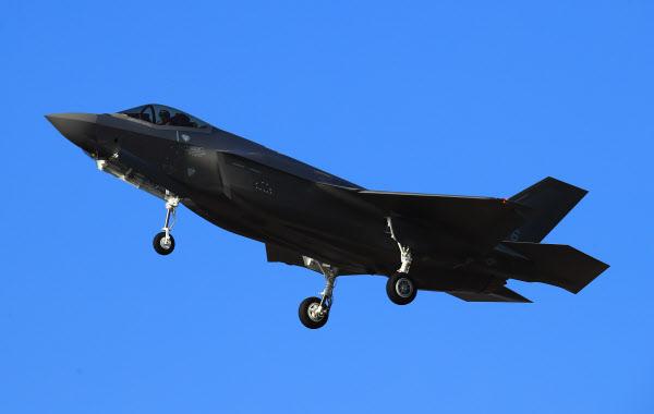 미국으로부터 출발한 F-35A가 지난 2월 청주 비행장에 착륙하는 모습. /조선일보DB