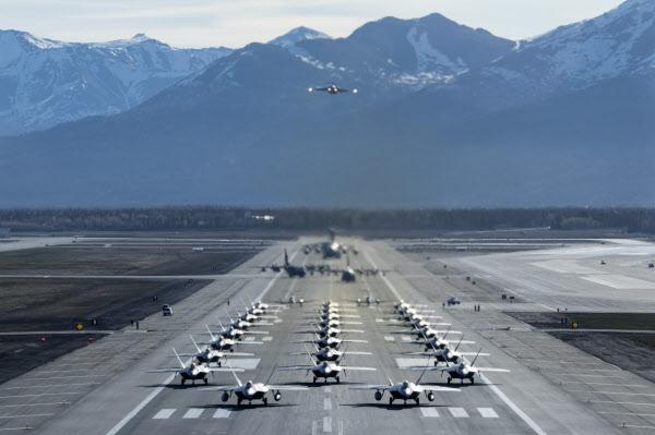 지난 5일(현지시각) 미 알래스카 공군기지 소속 F-22 랩터 스텔스 전투기와 E-3 조기경보기, 수송기 등이 '코끼리 걷기'를 위해 모여있는 모습. /미 공군