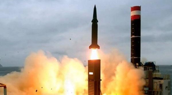 지난 2017년 사거리 800㎞, 탄두 중량 500㎏의 현무-2C 탄도미사일이 발사되는 장면. 군은 지난 3월 탄두 중량을 4배 늘린 현무-4 신형 탄도미사일을 시험발사했지만, 2발 중 1발은 실패했다. /국방부