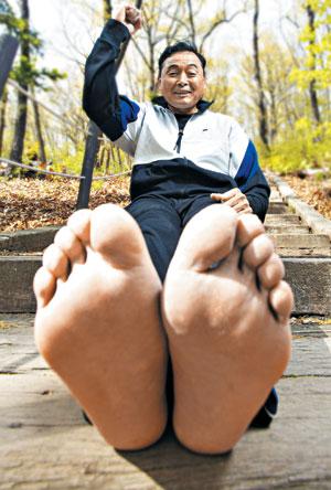 이봉주는 평발이자 짝발을 가진 마라토너다. 왼발이 4.4㎜ 더 길다.