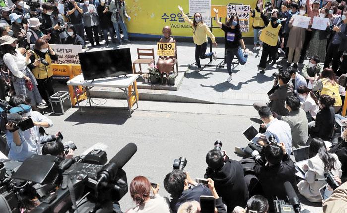 13일 서울 종로구 옛 일본대사관 앞 평화의 소녀상 자리에서 정의기억연대가 주최하는 제1439회 수요집회가 열렸다.