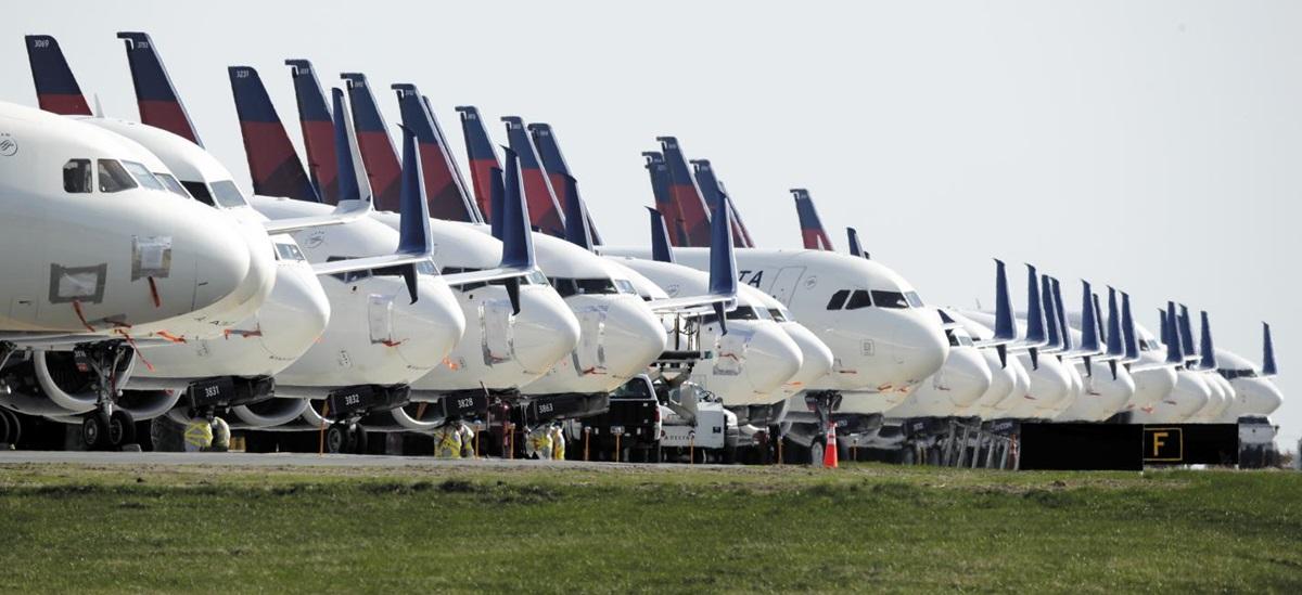 미국 항공사들이 자기자본이익률(ROE)만을 쫓다 코로나 사태로 정부에 손 벌리게 됐다. 4월 캔자스시티 공항에 세워져 있는 델타항공 여객기.