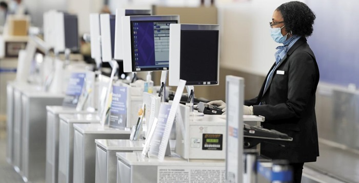 미국 콜로라도 스프링스 공항의 유나이티드항공 티켓 카운터. 마스크를 쓴 직원이 혼자 서 있다.
