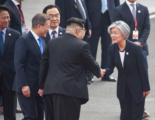 강경화(맨 오른쪽) 외교부 장관이 2018년 판문점에서 김정은 북한 국무위원장과 악수하는 모습. /공동취재단