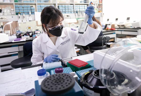 테라젠바이오의 한 연구원이 유전체 분석 작업을 하고 있다./ 김흥구 객원기자