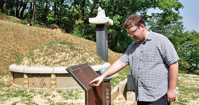 지난 5월 4일 망우리공원 묘원에 있는 조봉암 묘소(경기도 구리시 소재)를 찾은 표도르 째르치즈스키 국민대 선임연구원. photo 한준호 영상미디어 기자