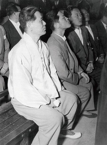 공판정에 앉아 있는 진보당 사건 피고인들. 맨 왼쪽이 조봉암. photo 연합