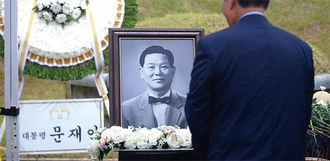 망우리공원 묘원에 있는 조봉암 묘소에 놓인 문재인 대통령의 화환. photo 뉴시스