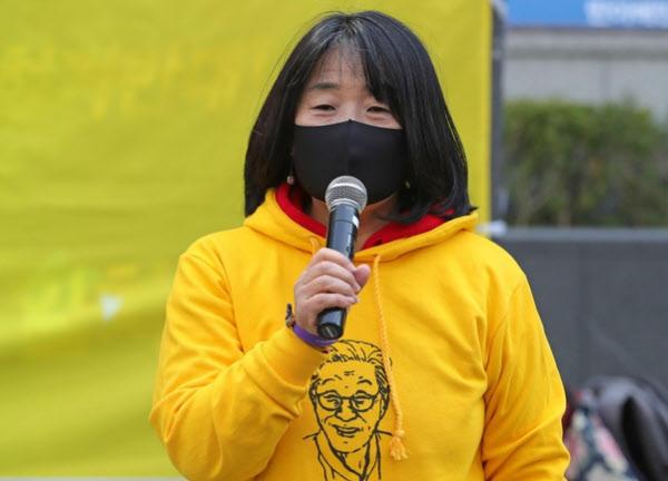 윤미향 더불어민주당 국회의원 당선인이 지난 3월 18일 서울 종로구 옛 일본대사관 앞에서 열린 1431번째 수요집회에서 발언하고 있다. /연합뉴스