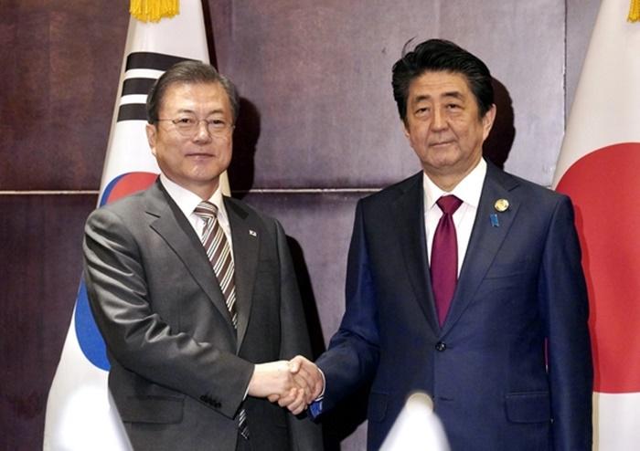 문재인 대통령과 아베 일본 총리가 지난해 12월 24일(현지시각) 중국 쓰촨성 청두 세기성 샹그릴라호텔에서 악수하며 인사를 나누고 있다. /연합뉴스
