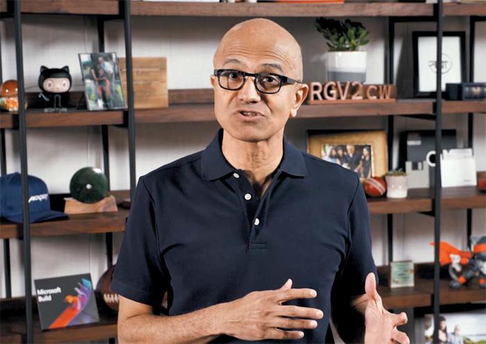 사티아 나델라 마이크로소프트 최고경영자(CEO)가 19일(현지 시각) 열린 온라인 개발자대회 '빌드 2020'에서 기조연설을 하고 있다. MS는 나델라 CEO 얼굴 옆에 'RGV2cw'란 수수께끼 같은 문자('개발자'란 뜻)를 배치해 풀도록 했다.