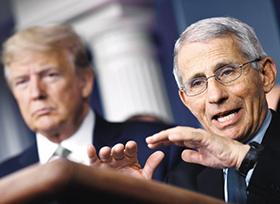 백악관 브리핑에 나온 파우치(오른쪽) 소장이 트럼프 대통령 앞에서 발언하고 있다.