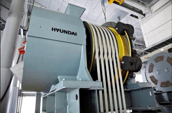 세계 최초로 탄소섬유벨트가 적용된 분속 1260m 엘리베이터 권상기. 권상기는 승강기의 동력원으로 자동차의 엔진에 해당한다. /현대엘리베이터 제공
