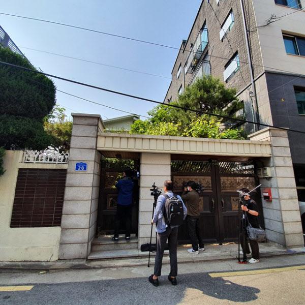 21일 오후 검찰이 압수수색을 진행 중인 정의기억연대의 마포구 '쉼터' 앞에 취재진이 모여있다/남지현 기자