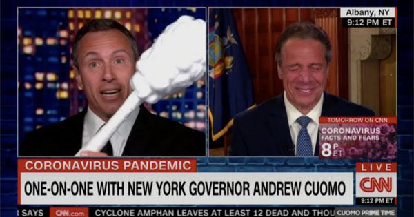 크리스 쿠오모(왼쪽) CNN 앵커가 일반 면봉보다 큰 면봉을 들어보이며 형 앤드루 쿠오모 뉴욕 주지사를 놀리고 있다./CNN 캡처