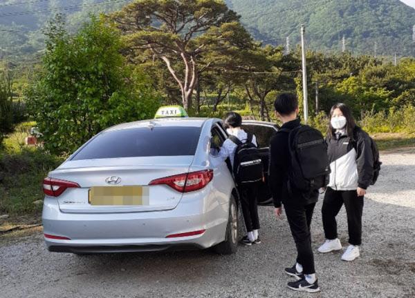 전북 고창 지역 학생들이 '500원 통학 택시'를 타고 등교하고 있는 모습./고창군