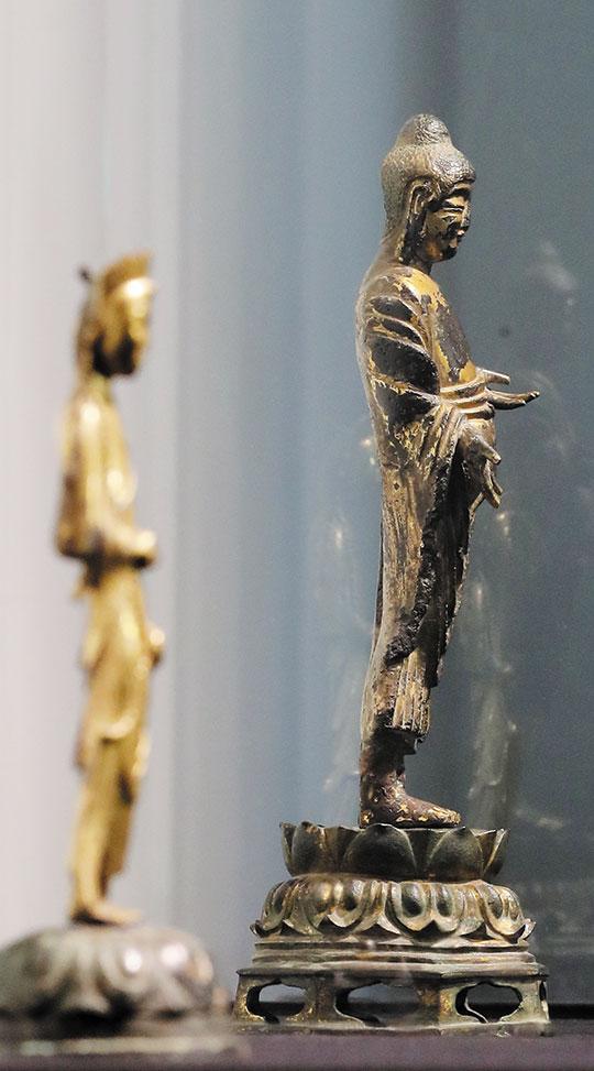 보물 284호 금동여래입상(오른쪽)과 보물 285호 금동보살입상.