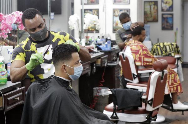 마스크를 쓴 채 영업을 재개한 플로리다의 이발소/AP 연합뉴스