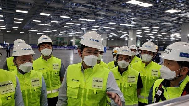 이재용(사진 가운데) 부회장이 지난 18일 중국 산시성 시안 반도체 공장을 찾은 모습. /삼성전자