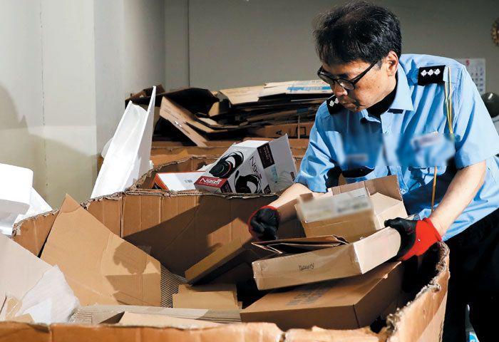 """경비원 조정진씨가 지난 15일 한 주상 복합 건물의 배출물 집하장에서 종이 상자를 정리하고 있다. 그는 """"노인 노동자에게 위험한 근무 환경을 개선하고, 아플 때 하루 이틀 질병 휴가가 허용되면 좋겠다""""고 말했다. /김영근 기자"""