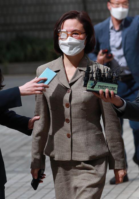 14일 조국 전 장관의 부인 정경심 교수가 불구속 상태에서 열린 첫 재판에 참석하기 위해 서울중앙지방법원 청사로 들어서고 있다. 정교수는 마스크를 쓰고 오른쪽 눈에 안대를 하고 출두했다./이태경기자