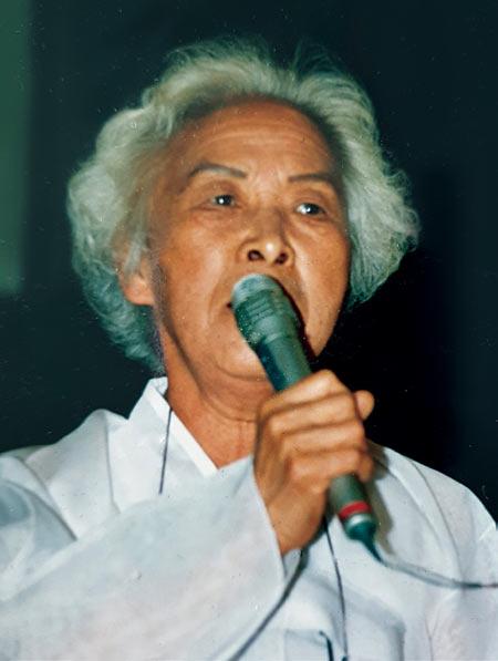 1990년대 일본 정부를 상대로 한 손해배상 청구 소송에서 원고로 참석한 심미자 할머니가 법원 밖 일본 시민들을 상대로 재판 내용을 설명하고 있다. photo 태평양전쟁희생자유족회