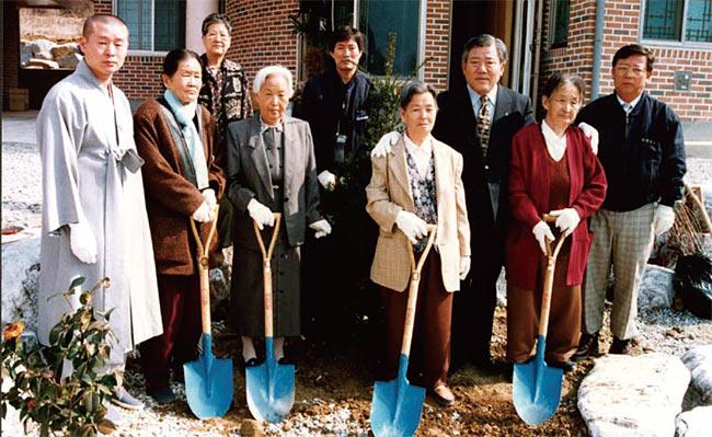 나눔의 집 준공식에 참석한 심미자 할머니(앞줄 왼쪽에서 세 번째). photo 박영길 전 경기도의회 의원