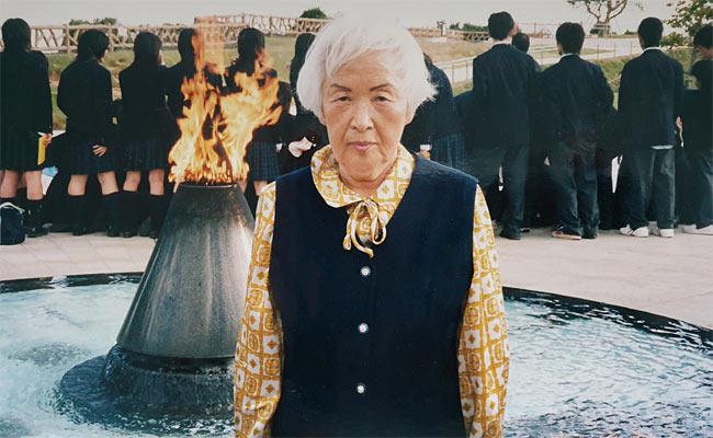 2003년 아시아여성기금 원탁회의 참석 후 밖을 돌아보고 있는 심미자 할머니.