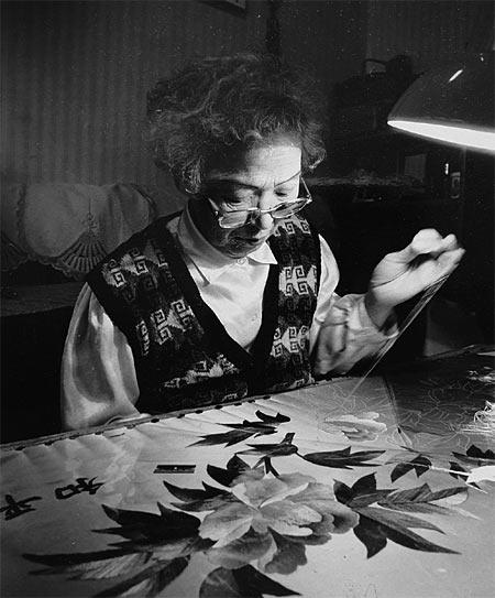 1987년 10월 무궁화 자수를 놓고 있는 심미자 할머니. photo 태평양전쟁희생자유족회