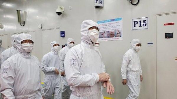 중국 시안 반도체 공장을 찾은 이재용 삼성전자 부회장/삼성전자
