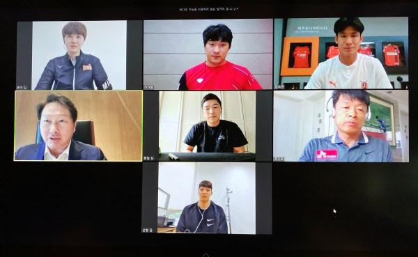 최태원(왼쪽 위에서 두번째) SK그룹 회장이 SK스포츠단 선수, 감독과 화상 통화를 하고 있다./SK