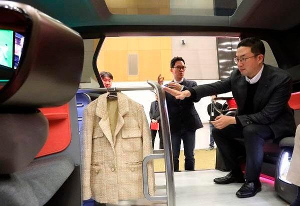 지난 2월 LG전자 서초 R&D 캠퍼스 내 '디자인경영센터'를 찾은 구광모 LG그룹 회장/LG