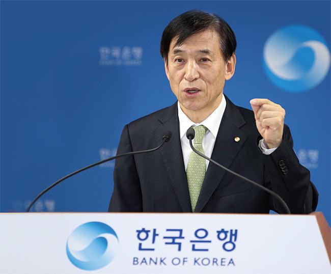 지난 4월 9일 통화정책 방향에 대해 설명하고 있는 한국은행 이주열 총재. photo 뉴시스·한국은행
