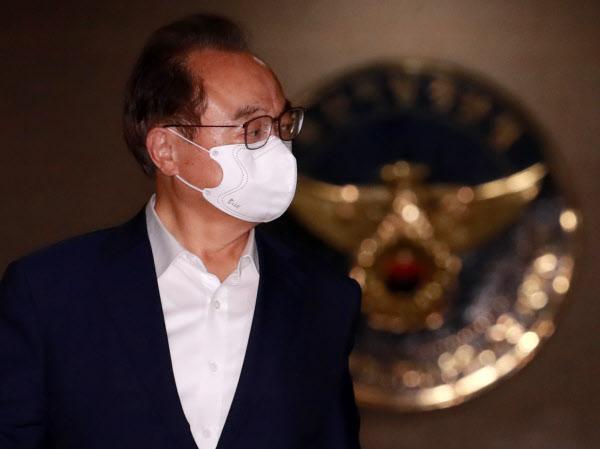 오거돈 전 부산시장이 22일 오후 부산 연제구 부산 경찰청에서 소환 조사를 마친 뒤 청사를 나서고 있다. /연합뉴스