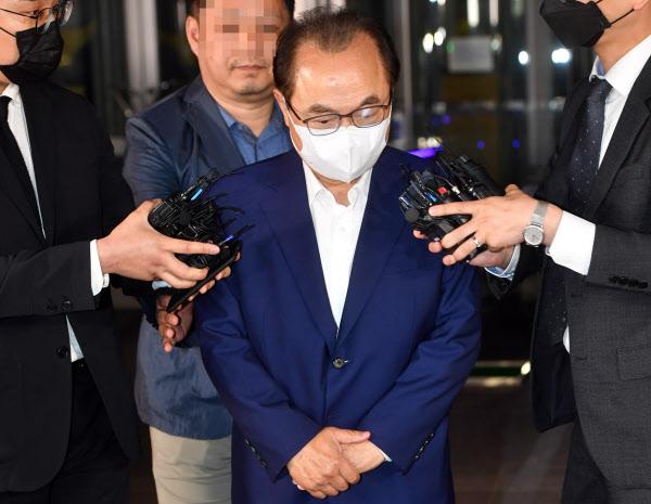 오거돈 전 부산시장이 22일 오후 부산 연제구 부산 경찰청에서 소환 조사를 마친 뒤 청사를 나오며 입장을 밝히고 있다. /뉴시스