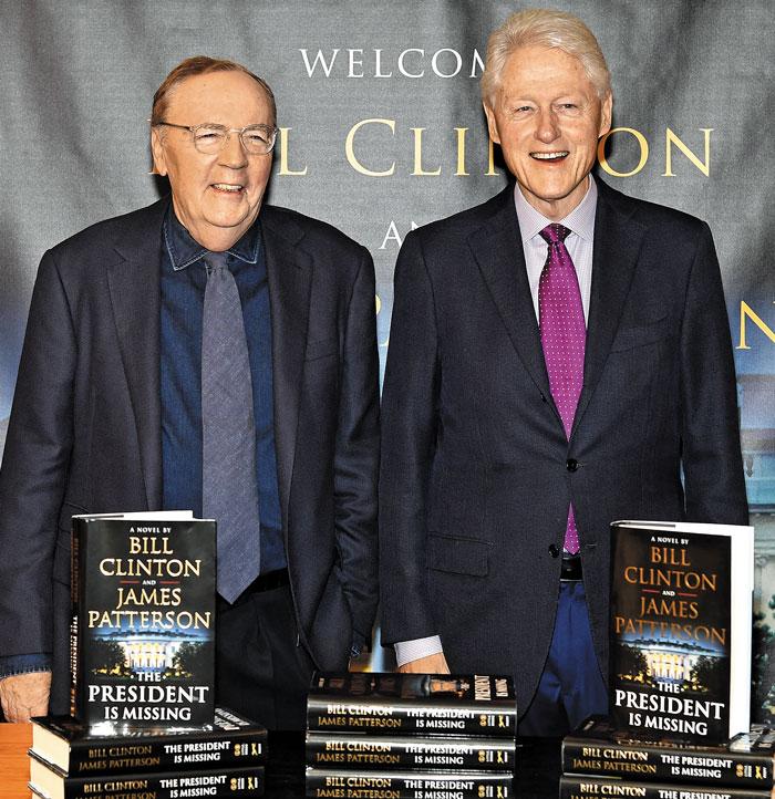 2018년 6월 미국 뉴욕에서 빌 클린턴(오른쪽) 전 미국 대통령과 소설가 제임스 패터슨이 첫 번째 합작 소설 '대통령이 사라졌다' 사인회를 열고 있다.
